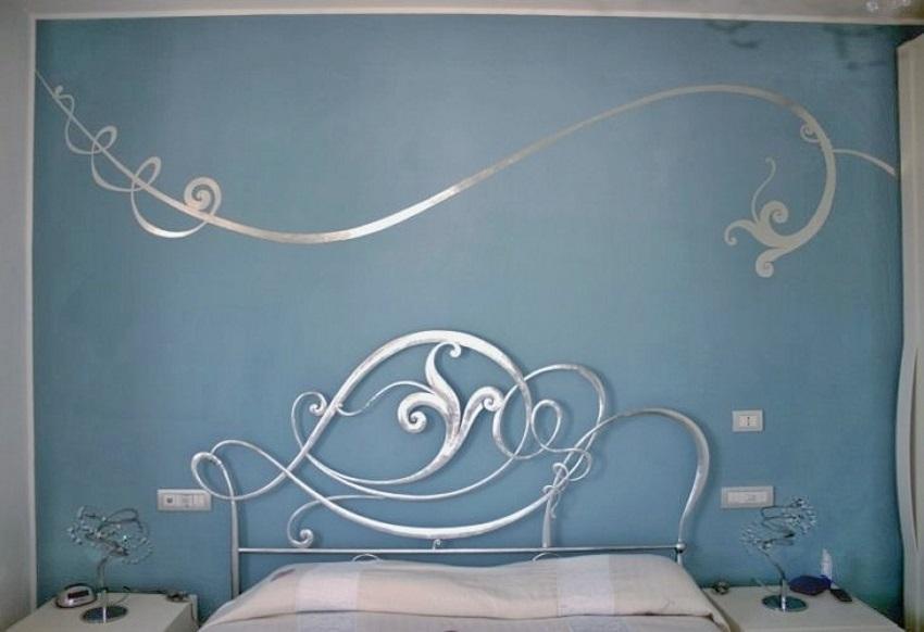 """alt=""""colore parete e decoro argento"""""""